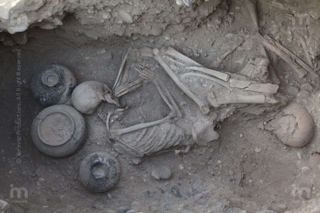 https://peopleofar.files.wordpress.com/2013/11/urartu-burial-in-karmir-blur-armenia.jpg?w=640