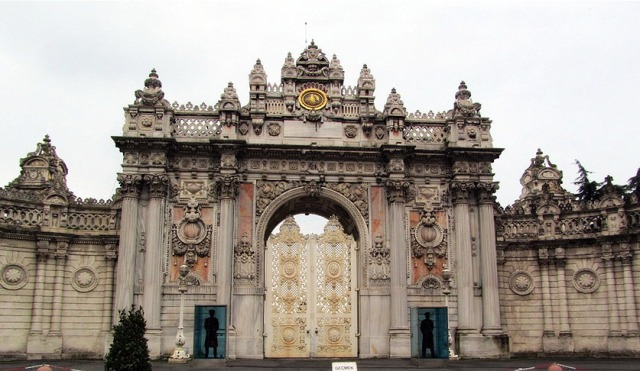 The main gate of İstanbul's Dolmabahçe Palace was designed by Armenian architect Garabet Balyan. (Photo: Mehmet Yaman)